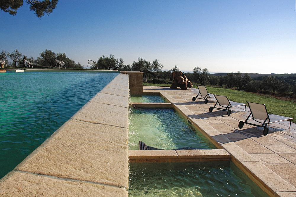 Scorcio piscine a sfioro con dettagli in pietra MsPiscine