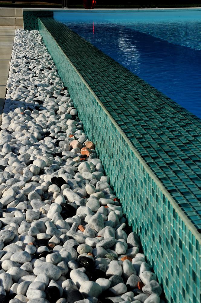 Dettaglio piscina a sfioro con piastrelle MsPiscine