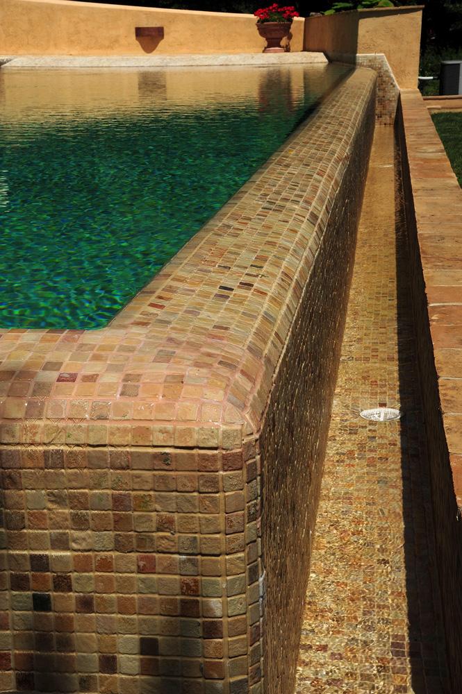 Dettaglio piscina a fioro con bordo piastrelle pietra MsPiscine