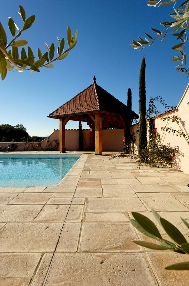Scorcio e vista di un dettaglio pavimentazione e bordi piscina MsPiscine