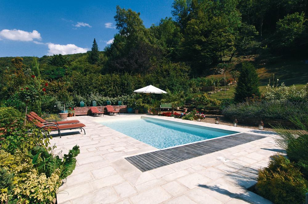 Scorcio pavimentazione e bordi piscina MsPiscine